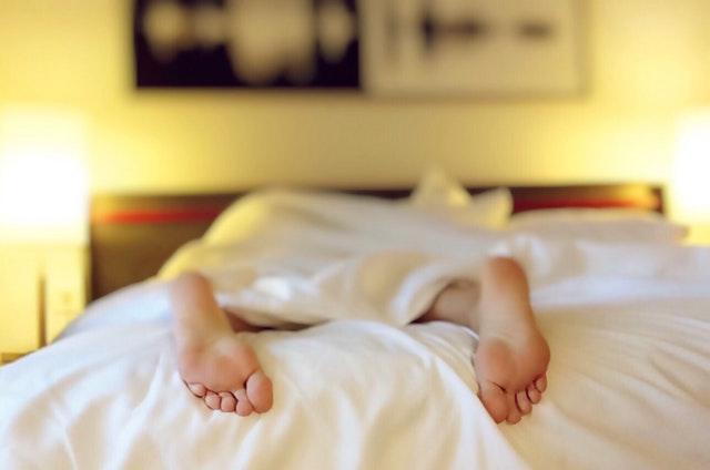 holá chodidla na posteli